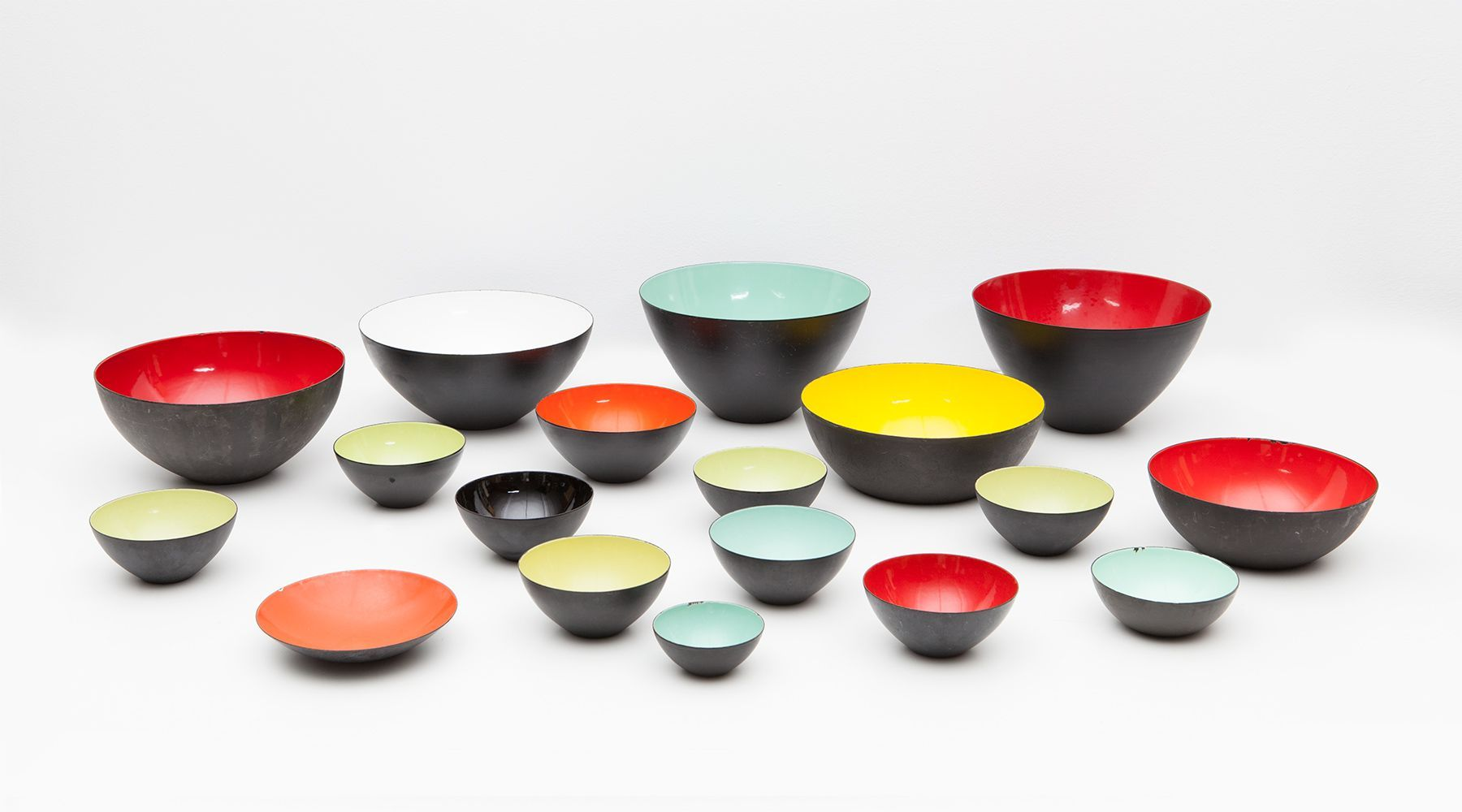 set of enameled bowls (18)